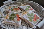 Komplet czterech romantycznych saszetek z lawendą (pomarańczowe z darami lasu) w sklepie internetowym Artillo