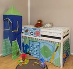Łóżko dla dzieci z kurtyną i wieżyczką - Dziecięce łóżko z motywem sportowym w sklepie internetowym TwojPasaz.pl